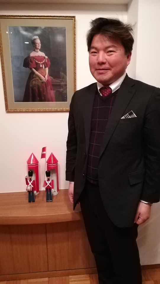 男が立っています 榊原平 駐日デンマーク王国大使公邸