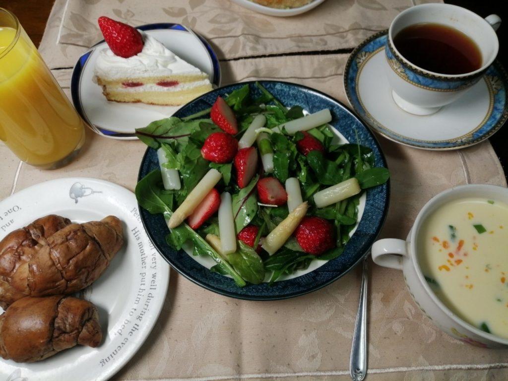 ホワイトアスパラガスとイチゴのサラダ