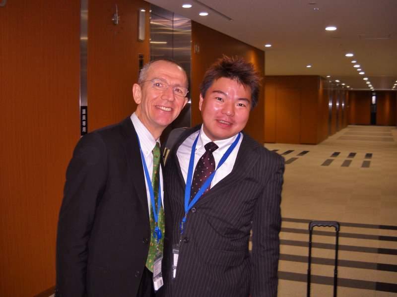 フランス人男性と日本人男性が立っています。 ティエリ―・コンシニ 氏と榊原平 参議院議員会館で