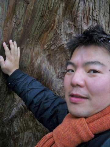 伊勢神宮を参拝 男性が木に触っています。榊原平