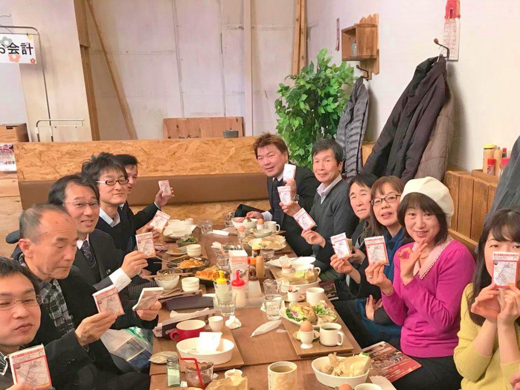 たくさんのひとがテーブルに座っています AMK 安城盛り上げ会 と 榊原平
