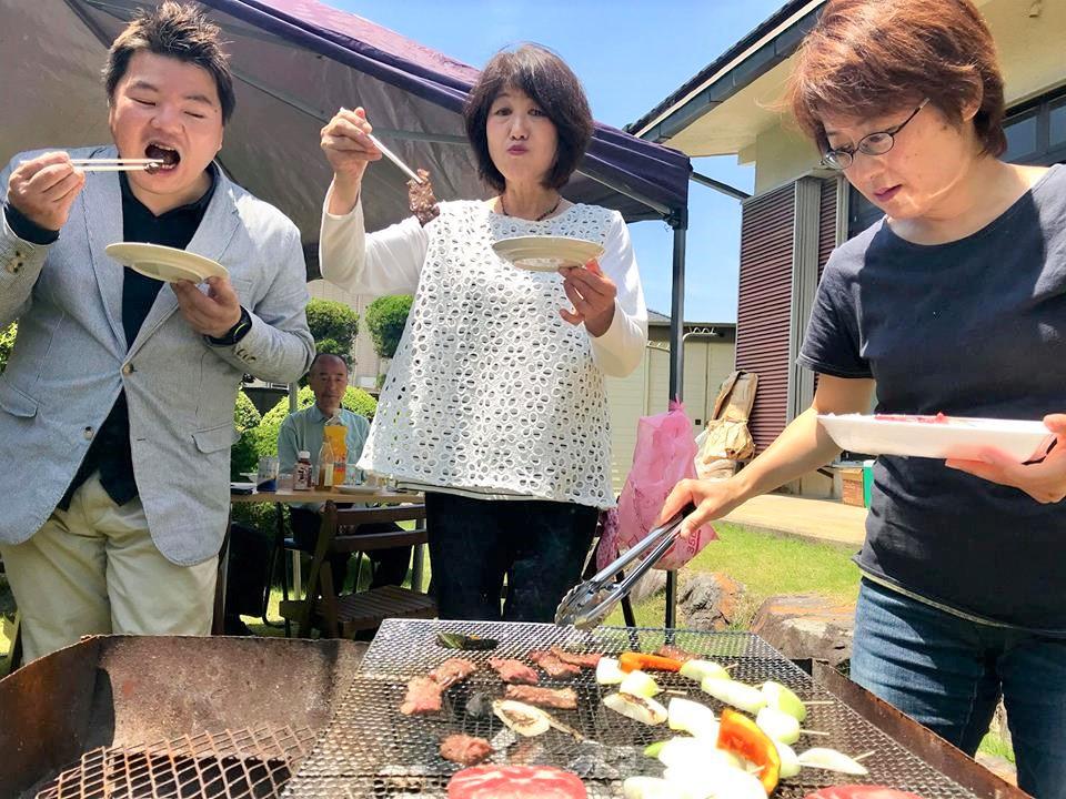 男と女二人がバーベキューをして食べています。榊原平 野村豊美 はすいけゆみこ