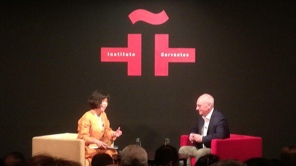 男性と女性がそれぞれ椅子に座っています 右はフランシス・モヒカ博士です。