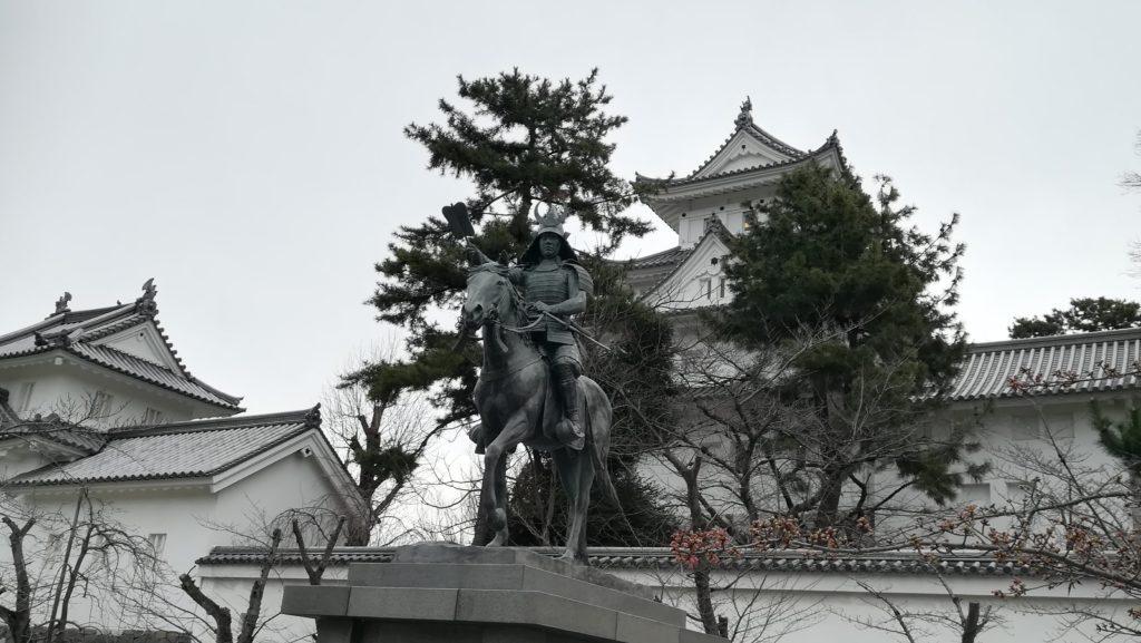 大垣城と銅像と松の樹 Ogaki Castle, statue and pine tree
