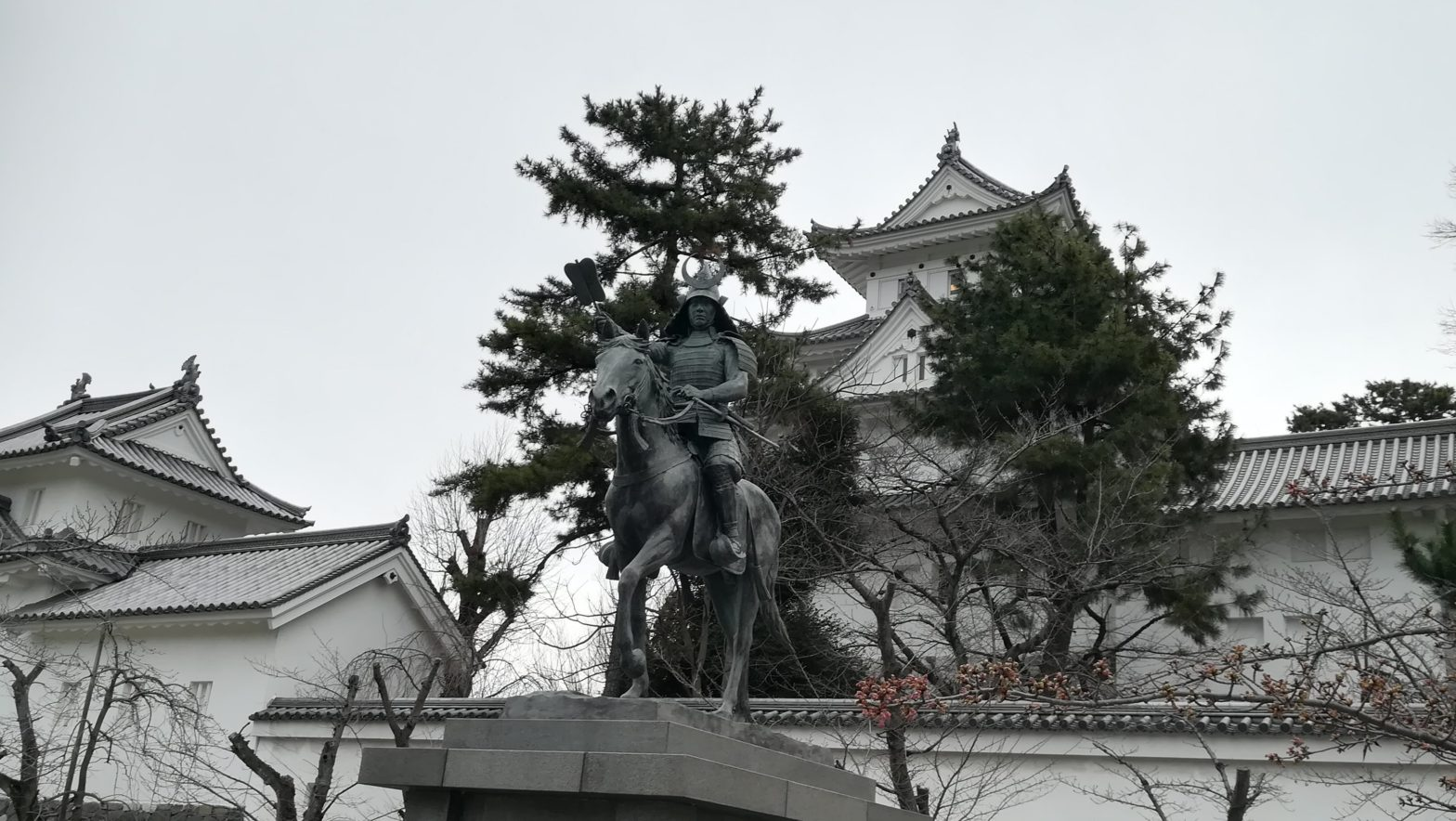 大垣城と銅像と松の樹 Ogaki Castle, statue and pine tree