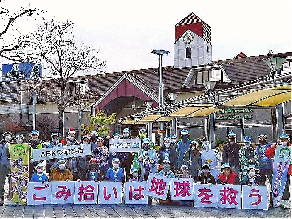冬のブルーサンタ ABK♡いちじく大作戦 三河安城駅舎の前で記念撮影