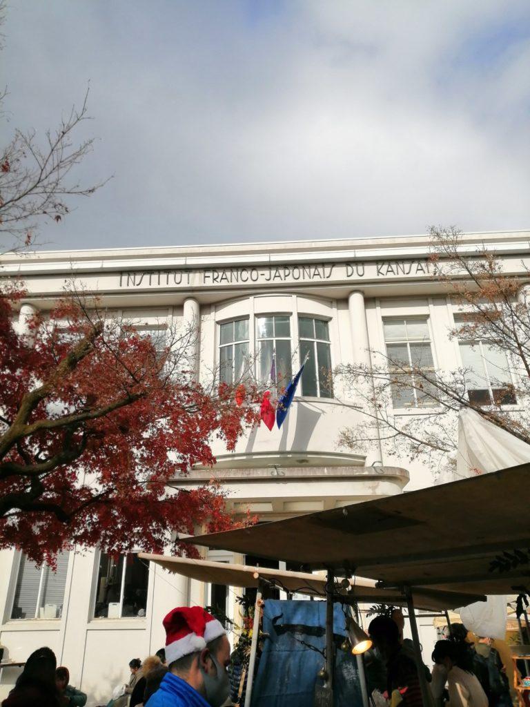 重要文化財の白い建物 マルシェ・ド・ノエル に集まってきた人たち