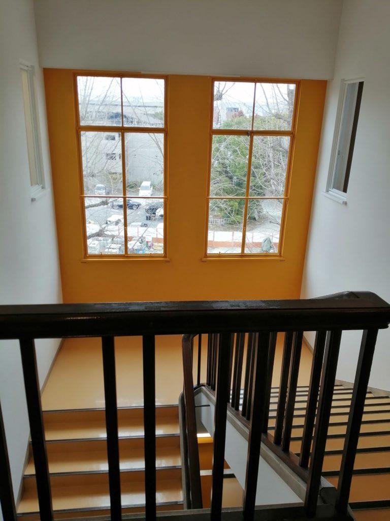 黄色い窓と階段 マルシェ・ド・ノエル