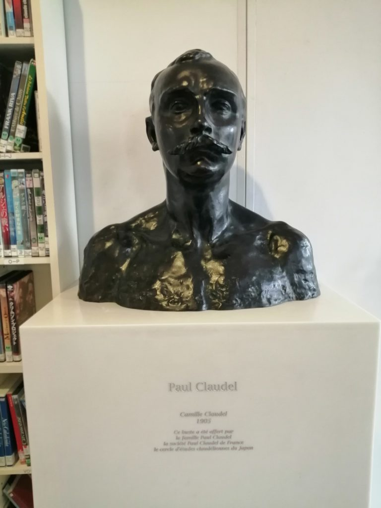 I have a bust. It belongs to Paul Claudel, the first French ambassador to Japan, and was created by his sister Camille Claudel. 胸像があります。それはポール・クローデルのもので、妹のカミーユ・クローデルが作成しました。