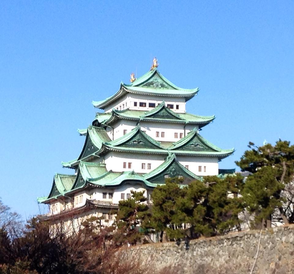 青空と日本のお城 名古屋城