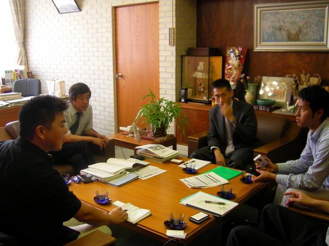 長野県小布施町 視察2006リポート 市村良三町長と町長室で