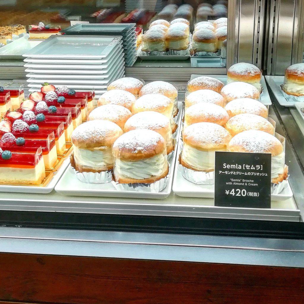 Semla セムラが店頭にたくさん並んでいます。Semla セムラは 春の訪れを告げる北欧の伝統的お菓子