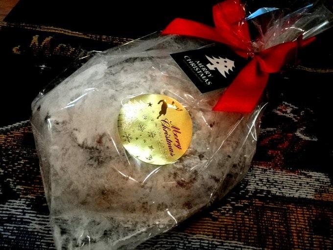 コバコのシュトレン シュトレンはドイツのクリスマスのお菓子です。クリスマスまで寝かせると中身のフルーツの味がパンに染み込みより美味しくなるそうです。