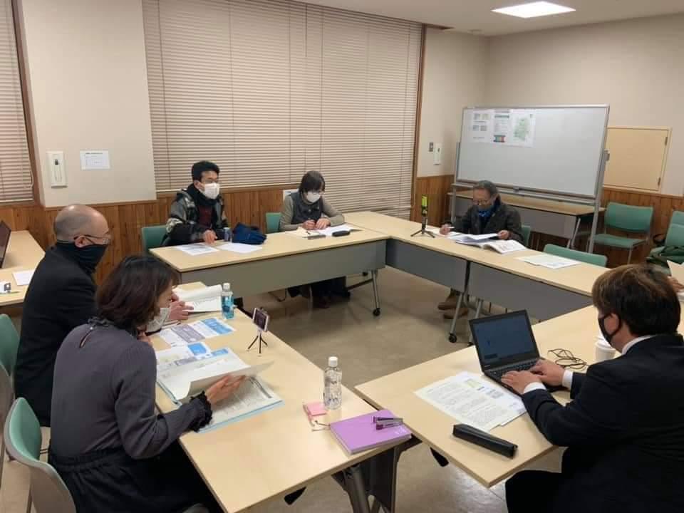 男と女らがテーブルを囲んで勉強会をしています。