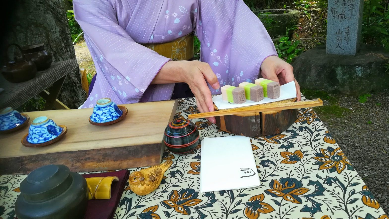 在原寺での一人茶会へ: 知立八橋の旧鎌倉街道沿い