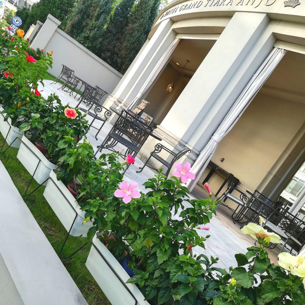 ホテルグランドティアラ レストランマリブのテラスと花壇