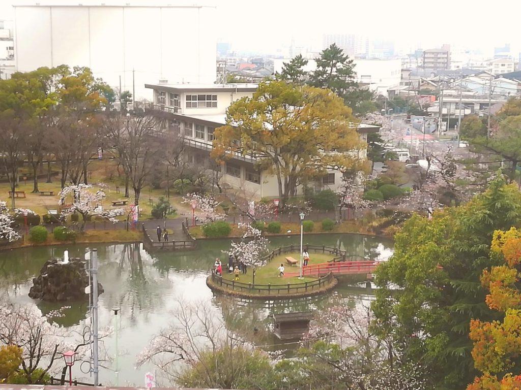 カーボンニュートラルへ:安城市役所5階から安城公園の眺め