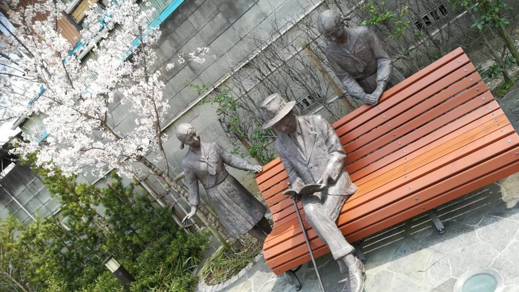安城 新美南吉と女学生らの像の桜も満開に
