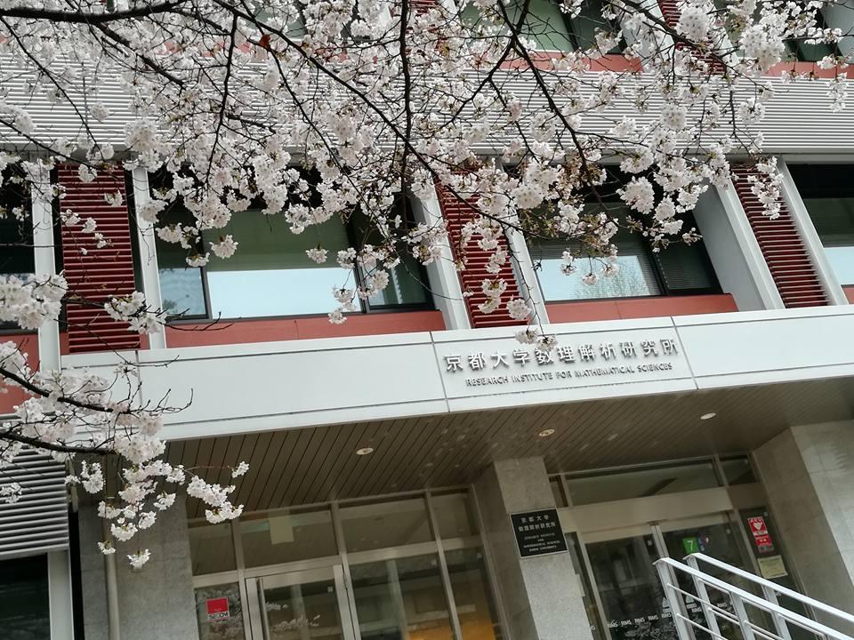 湯川記念館 の窓から見える桜
